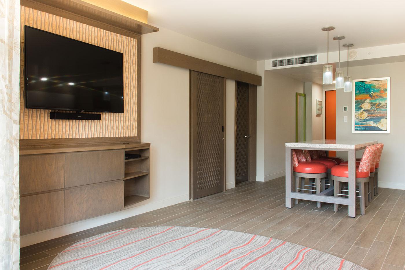 Proyectos SPAD Constructora, Remodelación de habitaciones Westin, Comedor y televisión decoración, Diseño de Interiores, Arquitectura, Puerto Vallarta, Jalisco, México