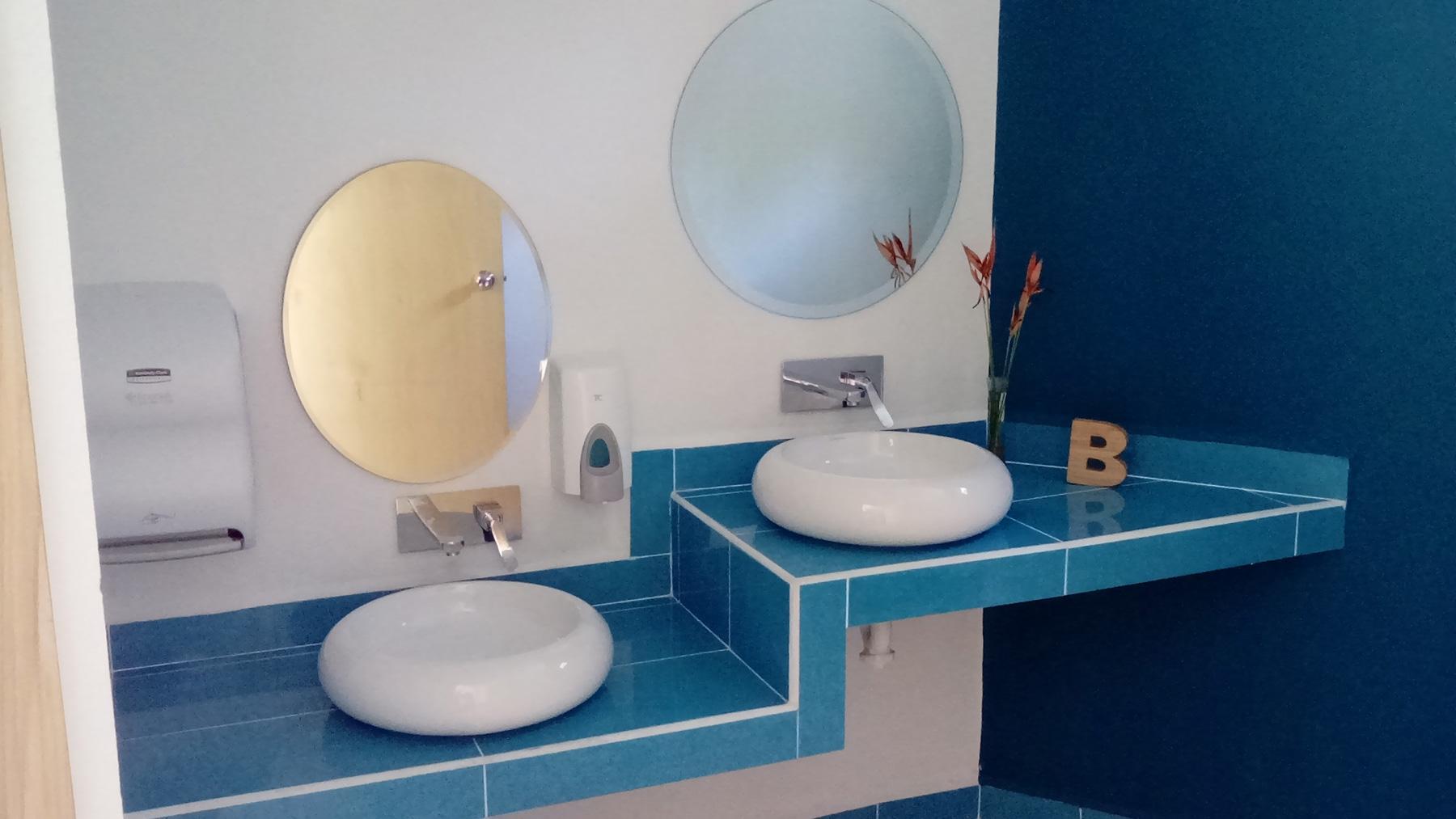 Proyectos SPAD Constructora, Westin Family Kids Club, Baño azul lavamanos, Diseño de Interiores, Arquitectura, Puerto Vallarta, Jalisco, México