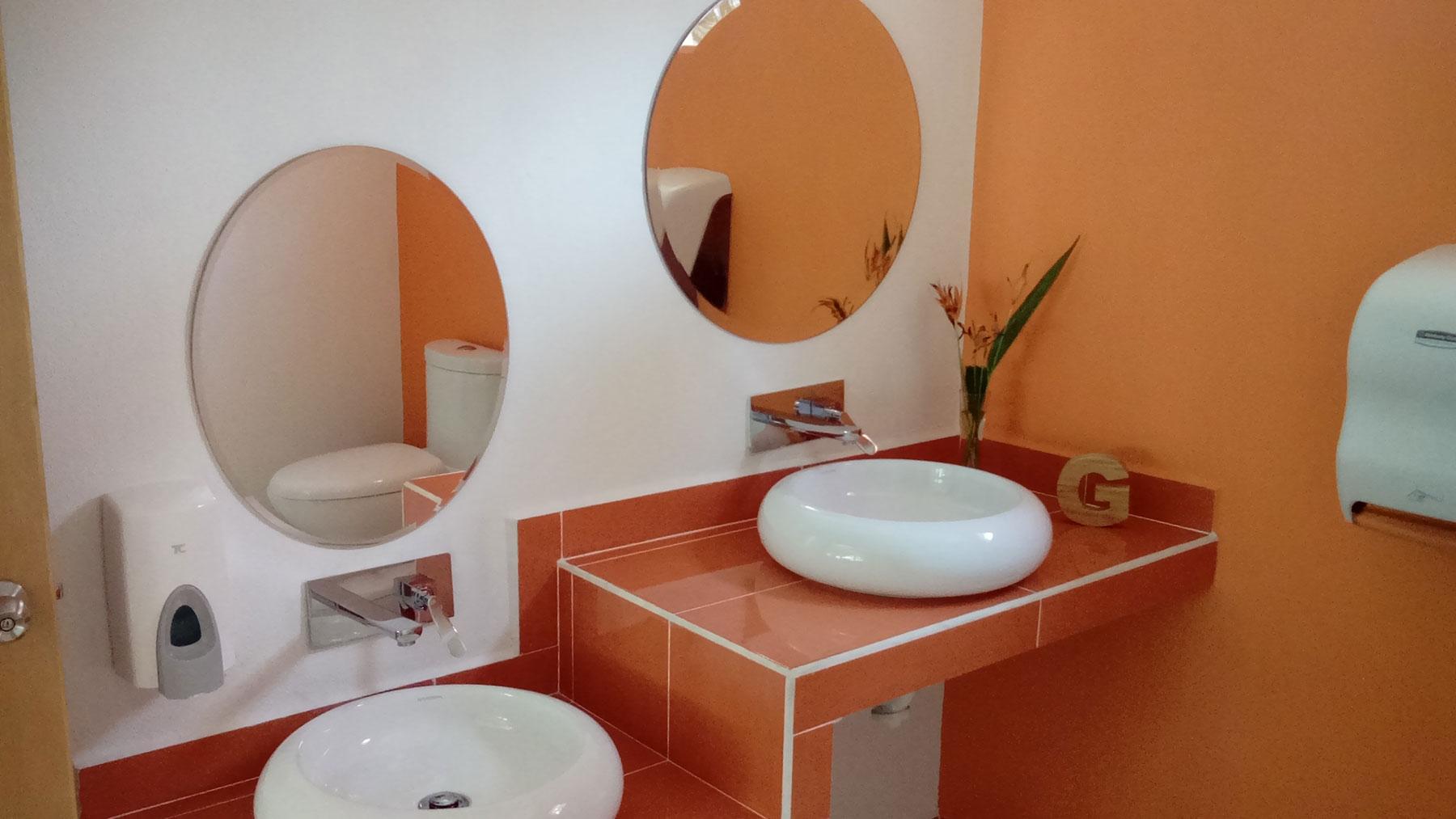 Proyectos SPAD Constructora, Westin Family Kids Club, Baño naranja lavamanos, Diseño de Interiores, Arquitectura, Puerto Vallarta, Jalisco, México